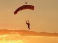 Fallschirmspringer im Sonnenuntergang auf Extremsport-Welt