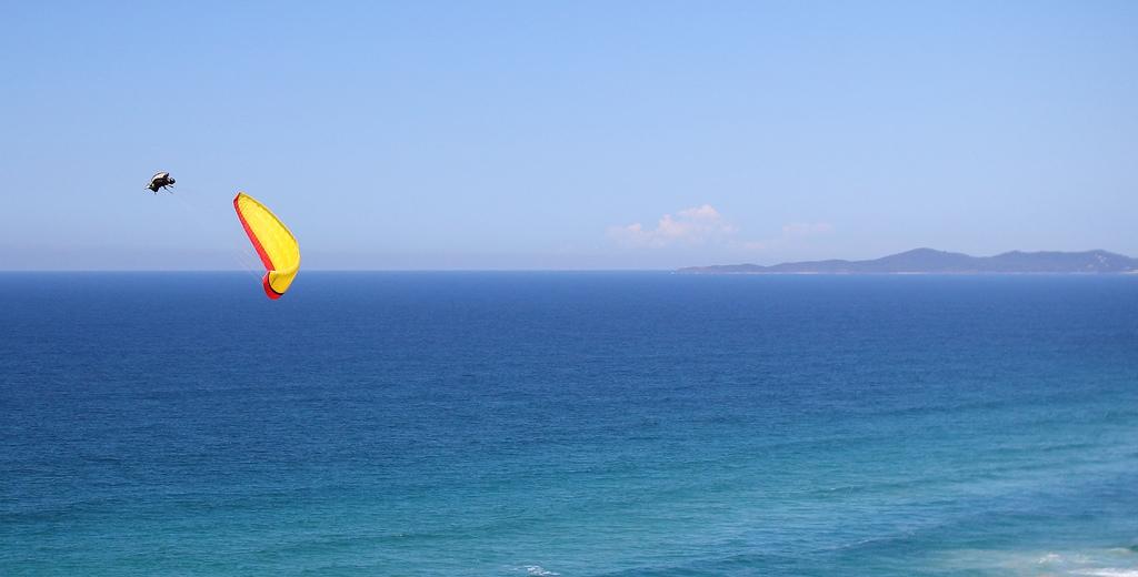 Acro-Paragliding über dem Meer