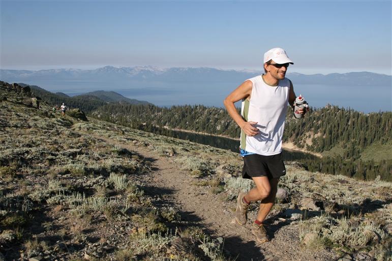 Langstreckenläufer bei einem Ultramarathon durch Landschaft