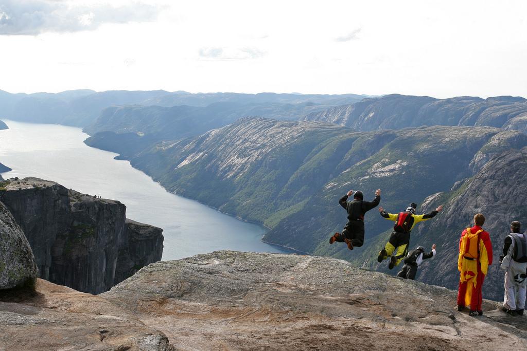 Eine der Extremsportarten: Base Jumper springen von einem Berg