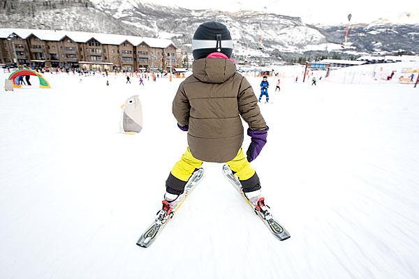 Kind beim Wintersport Ski-Fahren